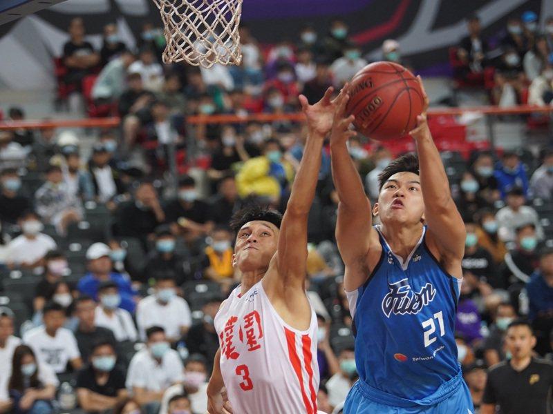 台灣職業籃球聯盟P. League+熱身賽17日在新竹縣立體育館開打,台北富邦勇士隊(藍衣)晚間與桃園領航猿隊(白衣)場上競技,雙方球員搶籃板互不相讓,終場由富邦勇士笑收勝利。 中央社