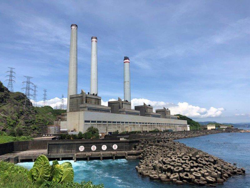 位在基隆市外木山海邊的協和電廠,預計4年後除役。圖/台電提供