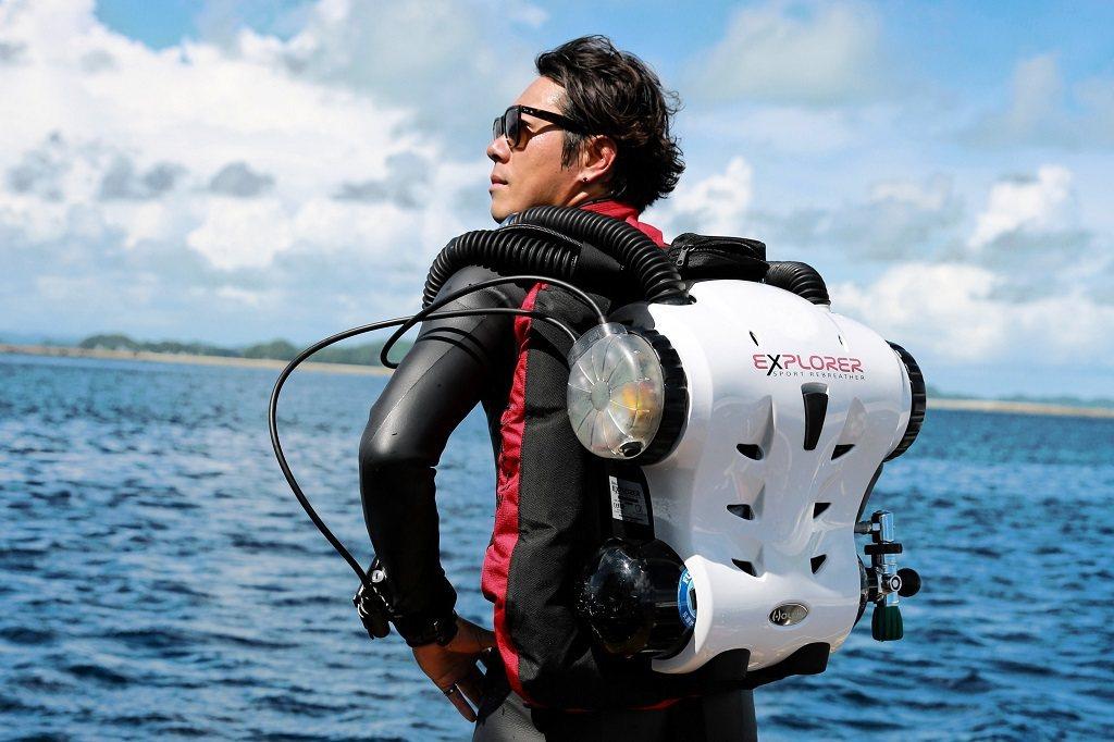為了捕捉精彩瞬間,Yorko要背著重裝、手拿大台相機下海拍攝。圖/Yorko S...