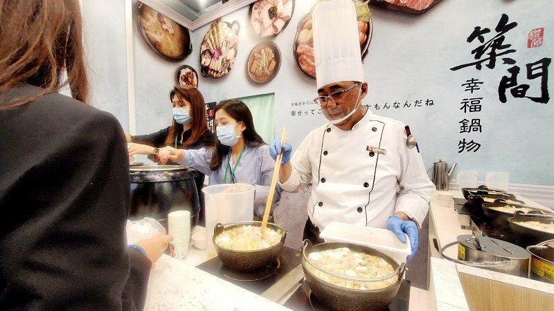 幸福鍋物攜燒肉新品牌展出,民眾駐足試吃洽詢。徐谷楨/攝影