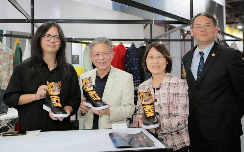 配件組首獎設計師張傑閔(左起)所設計的虎勢作品,獲勞動部次長林三貴、發展署主秘王...