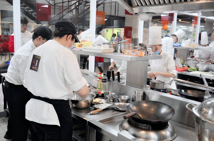 醒吾科大餐飲教學設施完善舒適,每位參賽學生個個使出拿手絕活烹調。 醒吾科大/提供