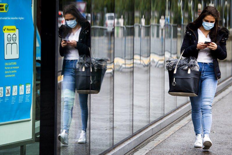 瑞士過去24小時境內新增3105宗確診病例,刷新單日最高紀錄,與鄰國列支敦斯登累計達7萬4422例確診;另新增5名染疫患者病故,累計已有1823例死亡。圖為瑞士街頭情景。美聯社