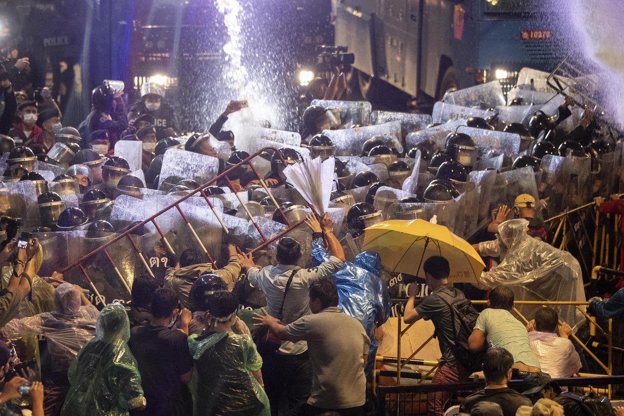 泰國民眾無懼警方驅離威嚇 再占曼谷主要路口