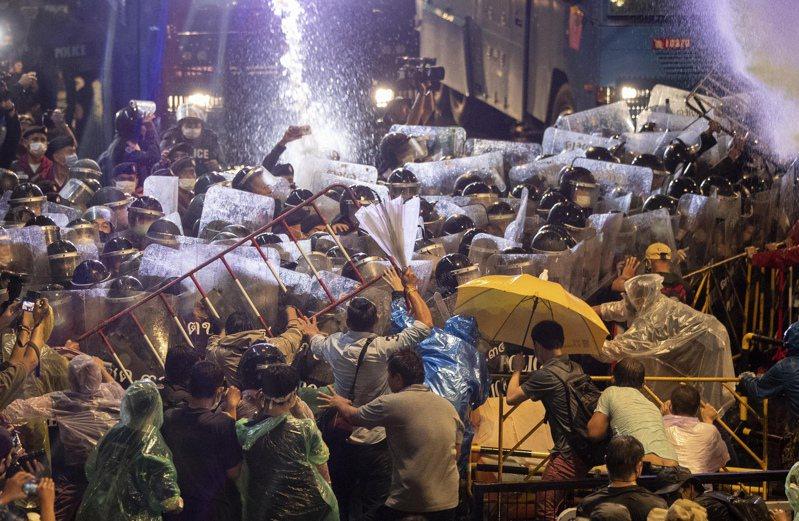 泰國反政府示威不斷,抗議團體無懼警方昨天首度出動水車和優勢警力驅趕,今天透過社群媒體快速號召上萬支持者占領曼谷多個主要路口,展現十足的機動力和動員力。 美聯社