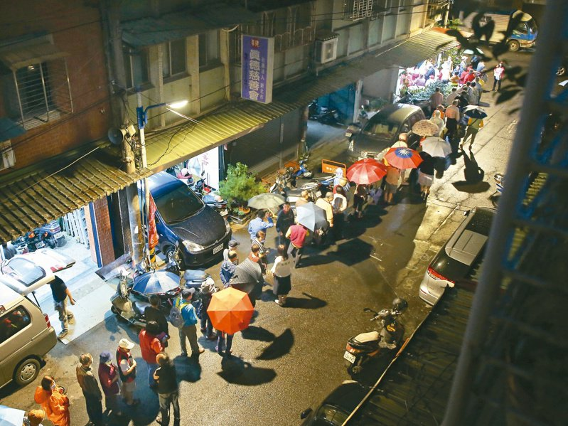 新北中和民眾昨夜搶打疫苗,冒雨排隊等待,人潮綿延數十公尺。記者林澔一/攝影