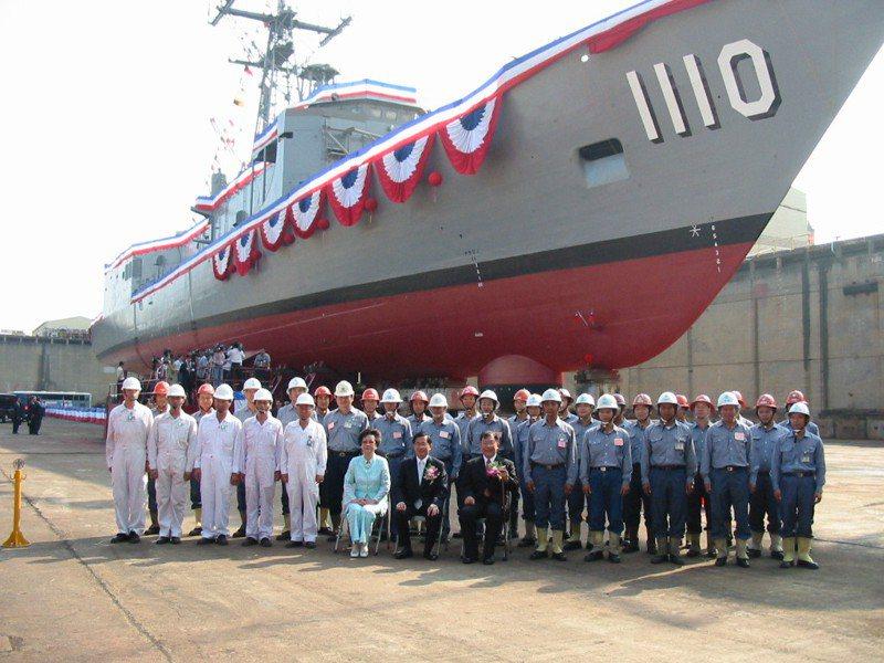 2002年10月17日時任總統的陳水扁(中)主持田單號巡防艦下水儀式。圖/聯合報系資料照片