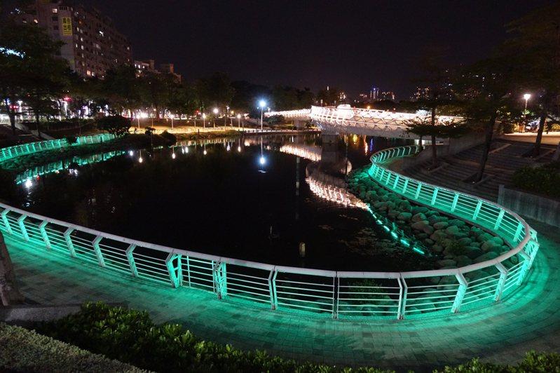 高雄市水利局計畫以「堤岸調整」的方式增加愛河中游段水域景觀,捨直取彎,讓愛河景觀更豐富且增微滯洪區域。圖為愛河之心。記者楊濡嘉/攝影