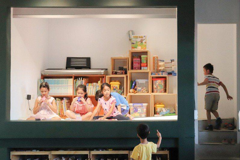 新北市北港國小的教學準備室變身舞台,並結合教室前、後設置的全黑板牆及移動櫃體,打造出可因應多元課程內容進行不同變化的未來教室。圖/教育部提供