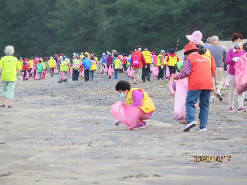 苗栗縣竹南鎮公所今天清晨6點在龍鳳漁港辦理秋季擴大淨灘。圖/竹南鎮公所提供