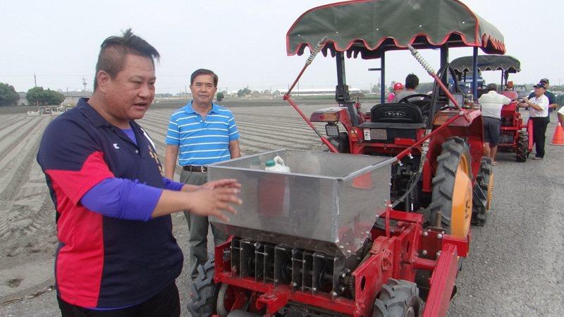 青農蔡福順直指播蒜機可取代15到20名人力,對大面積栽種的農民,相當划算。記者蔡維斌/攝影