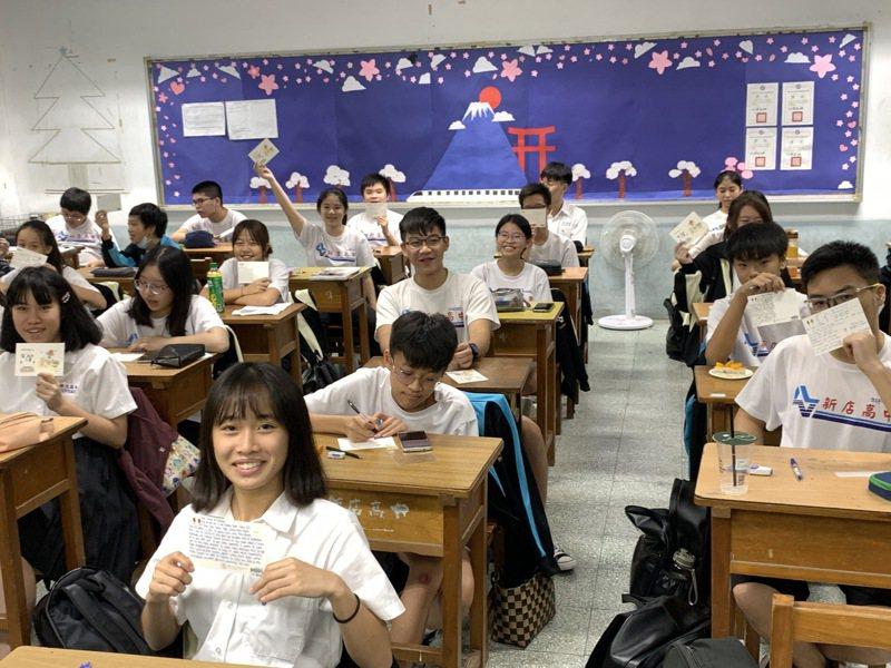 新北市新店高中全體高一同學改寄印有台灣特色的明信片,用英文、日文寫下誠摯的問候,寄給在日本滋賀縣米原高校師生,傳遞跨國姊妹校的友誼。圖/新店高中提供