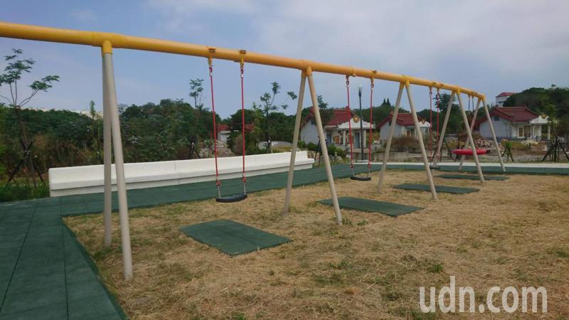 彰化縣溪湖鎮中央公園的兒童遊憩區和休閒區緊鄰公墓。記者簡慧珍/攝影