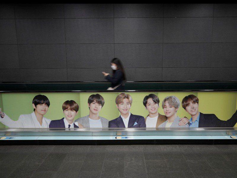 韓國流行音樂團體「防彈少年團(BTS)」母公司Big Hit公開募股首日公司市值衝上11兆韓元(約合96億美元),圖為韓國首都首爾一處地鐵站的BTS海報。美聯社