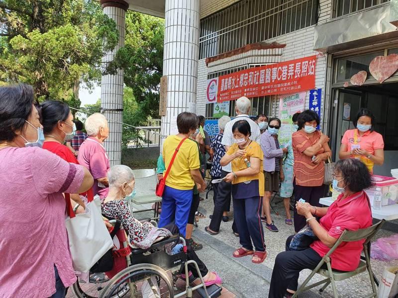 嘉義縣衛生局為減緩流感疫苗搶打,採分流限量預約管控,今天只開放人多的民雄等3鄉鎮社區據點施打,未出現大排長龍情形。圖/衛生局提供