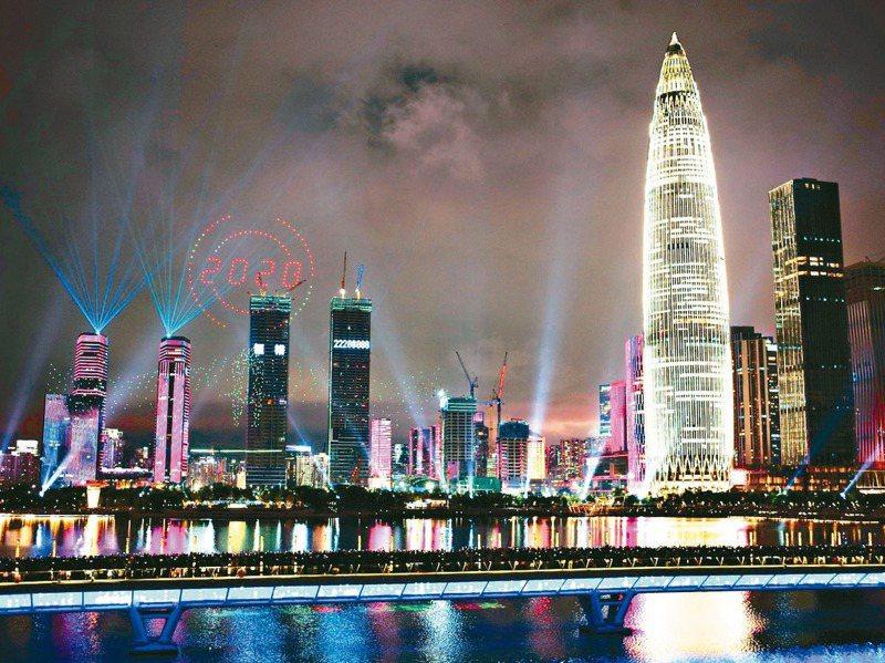 深圳經濟特區成立40年,慶祝大會的出席名單與表彰名單引發討論。圖為深圳慶祝經濟特區建立40周年的無人機表演。中新社