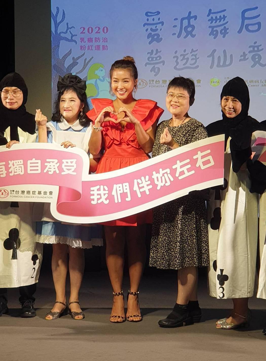 小嫻以評審身分鼓勵乳癌患者舞出自信。記者李姿瑩/攝影