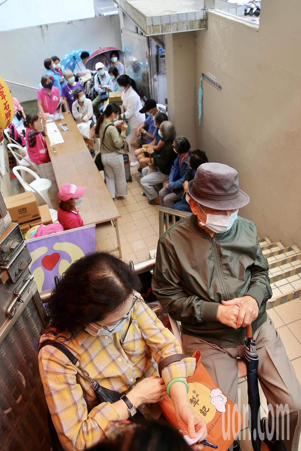 台北市士林區天母里也是大排長龍,排隊長者把里民活動場所的樓梯間都擠爆。記者林伯東...