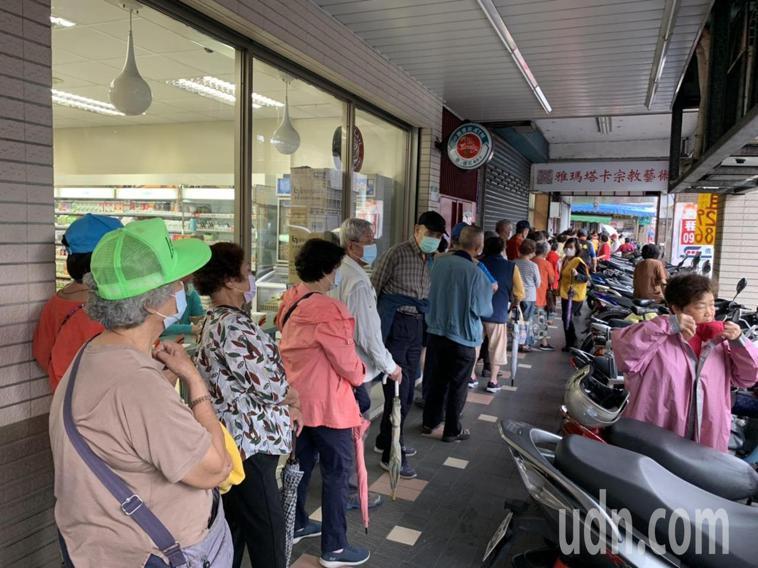 台北市松山區中坡里辦公室外大排長龍。記者趙宥寧/攝影