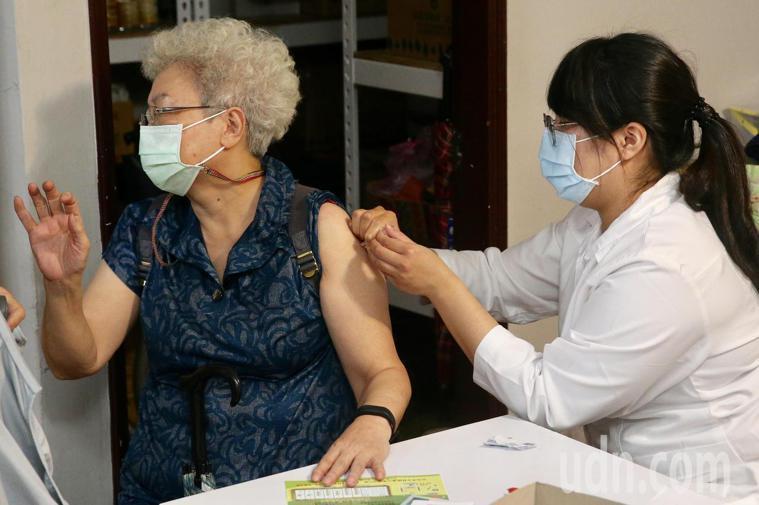 公費流感疫苗施打踴躍,衛福部昨日下午政策髮夾彎,暫緩50歲至64歲非高風險族群施...
