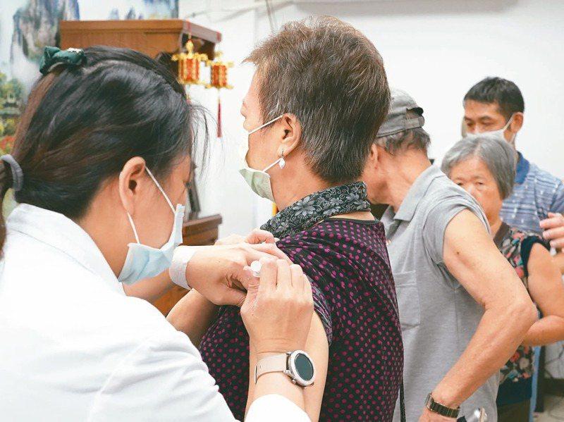衛福部長陳時中今為50至64歲國人暫緩接種公費流感疫苗道歉,但疫苗因生產費時,現在要追加購買難度高。記者許正宏/攝影