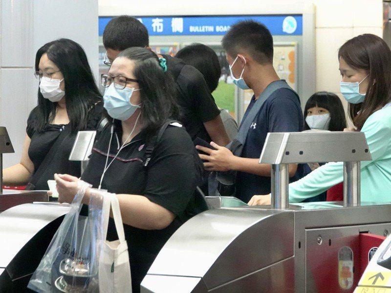 感染科醫師表示,今年初因為防範新冠肺炎,採取公共場所強制戴口罩、管制探病等措施,年初流感疫情明顯降低。圖/聯合報系資料照片