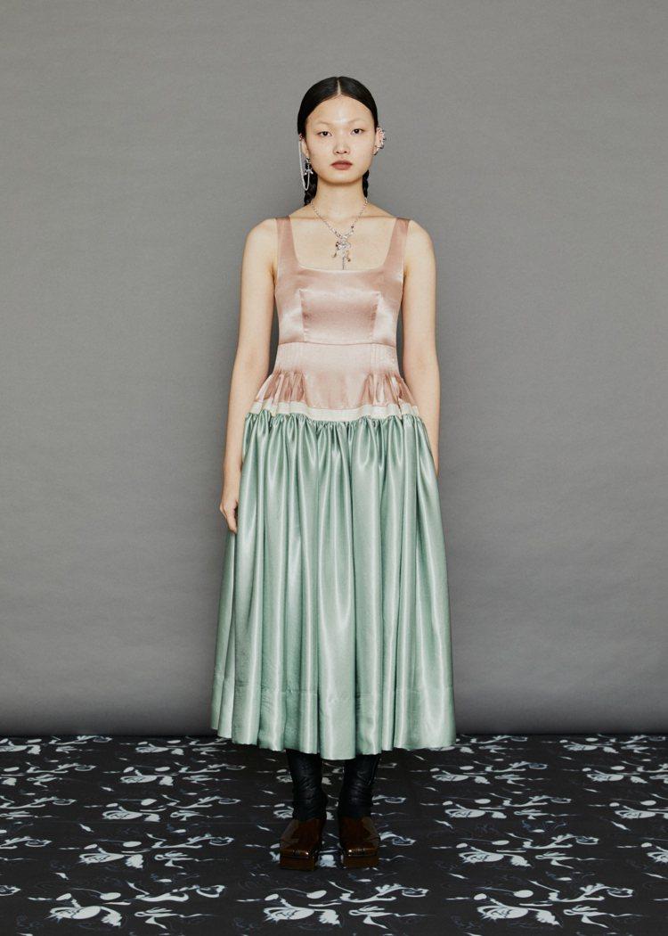 粉色、綠色拼接緞面無袖洋裝,36,800元。圖/MINJUKIM提供
