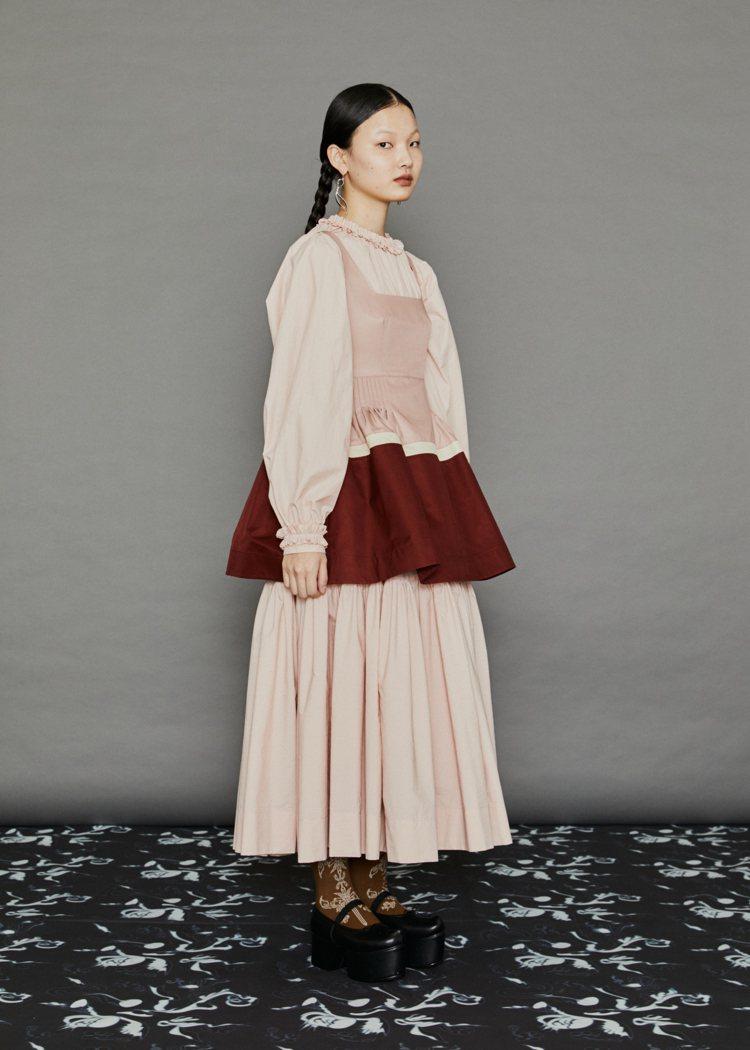 粉色、酒紅色拼接荷葉腰身上衣,17,500元。圖/MINJUKIM提供