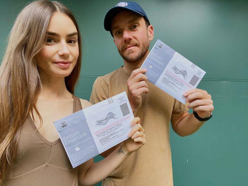 英美混血女星莉莉柯林斯在Instagram分享與未婚夫完成郵寄投票。圖/取自Instagram(@lilyjcollins)