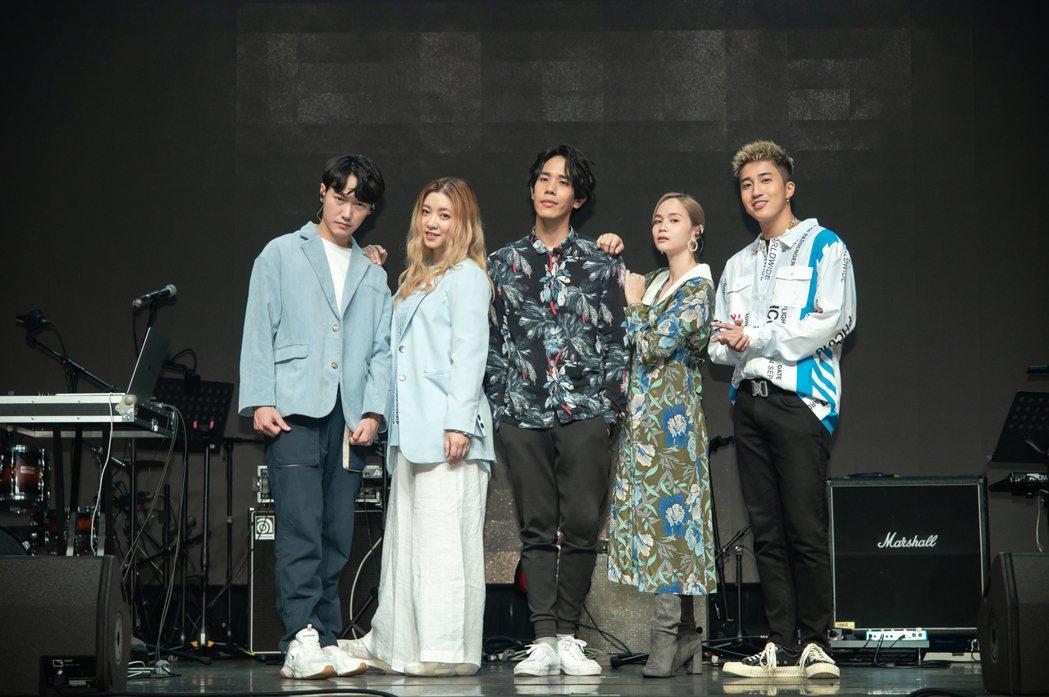 婁峻碩(右起)、慢慢說和Limi今為電信公司首場4K多視角演唱會記者會,首唱共同...