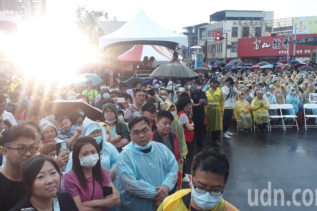 影/台南火車節 動力火車火車站前雨中開唱人山人海
