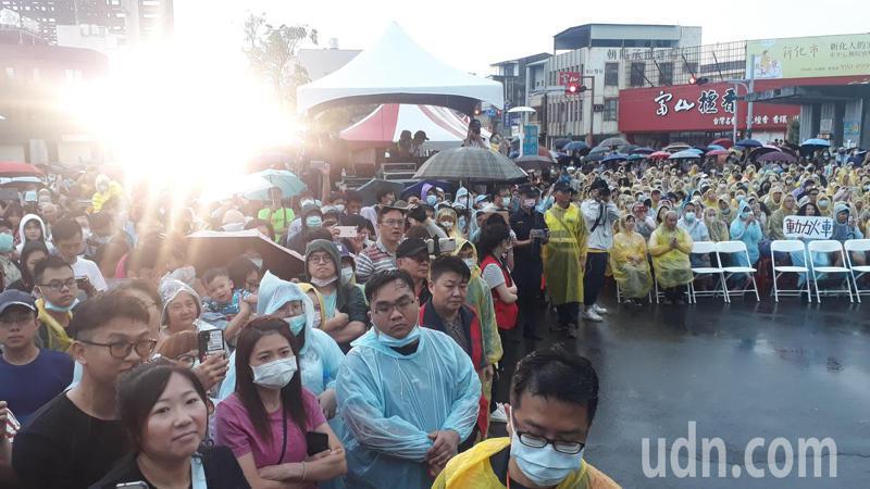 台南火車節「動力火車」善化火車站前雨中開唱,人山人海。記者周宗禎/攝影