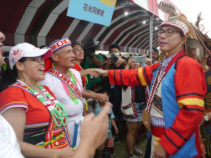 高市聯合豐年節以拉阿魯哇族當主題,市長陳其邁(右一)穿上拉族的傳統服飾出席活動。記者徐白櫻/攝影