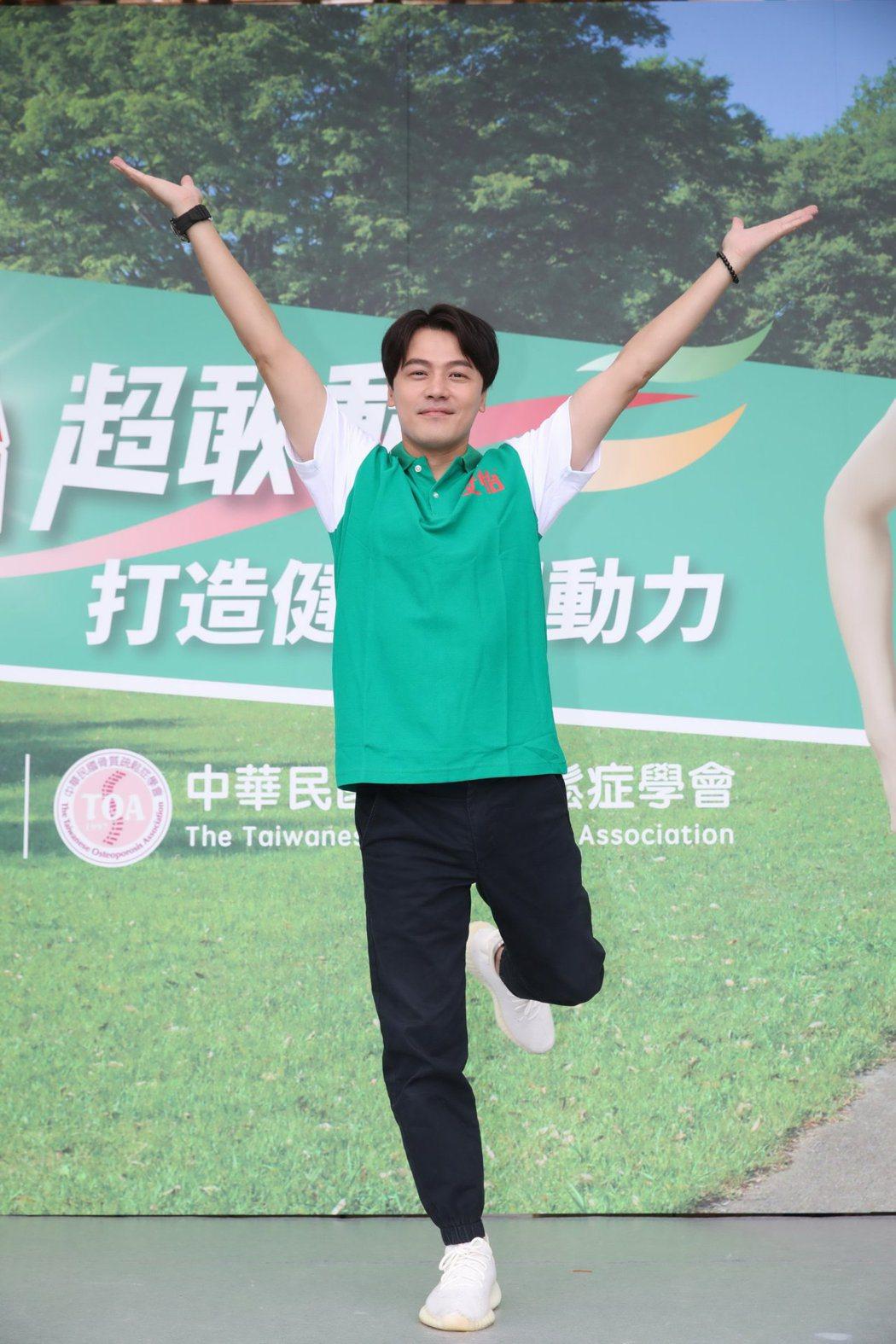 黃文星出席活動,陪婆媽嗨跳健康操。圖/安怡行動力保健提供