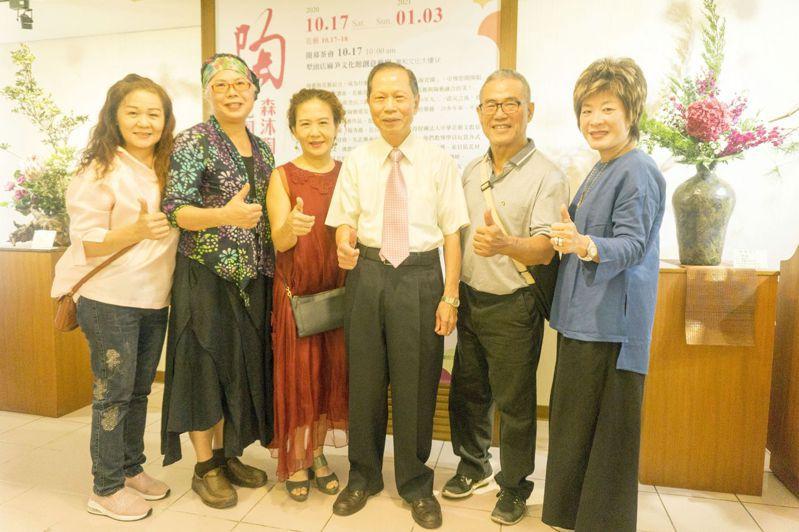 萬和宮董事長蕭清杰與參加「陶花園」森沐陶、花陶團隊聯展的花藝陶藝名師合影。圖/萬和宮提供