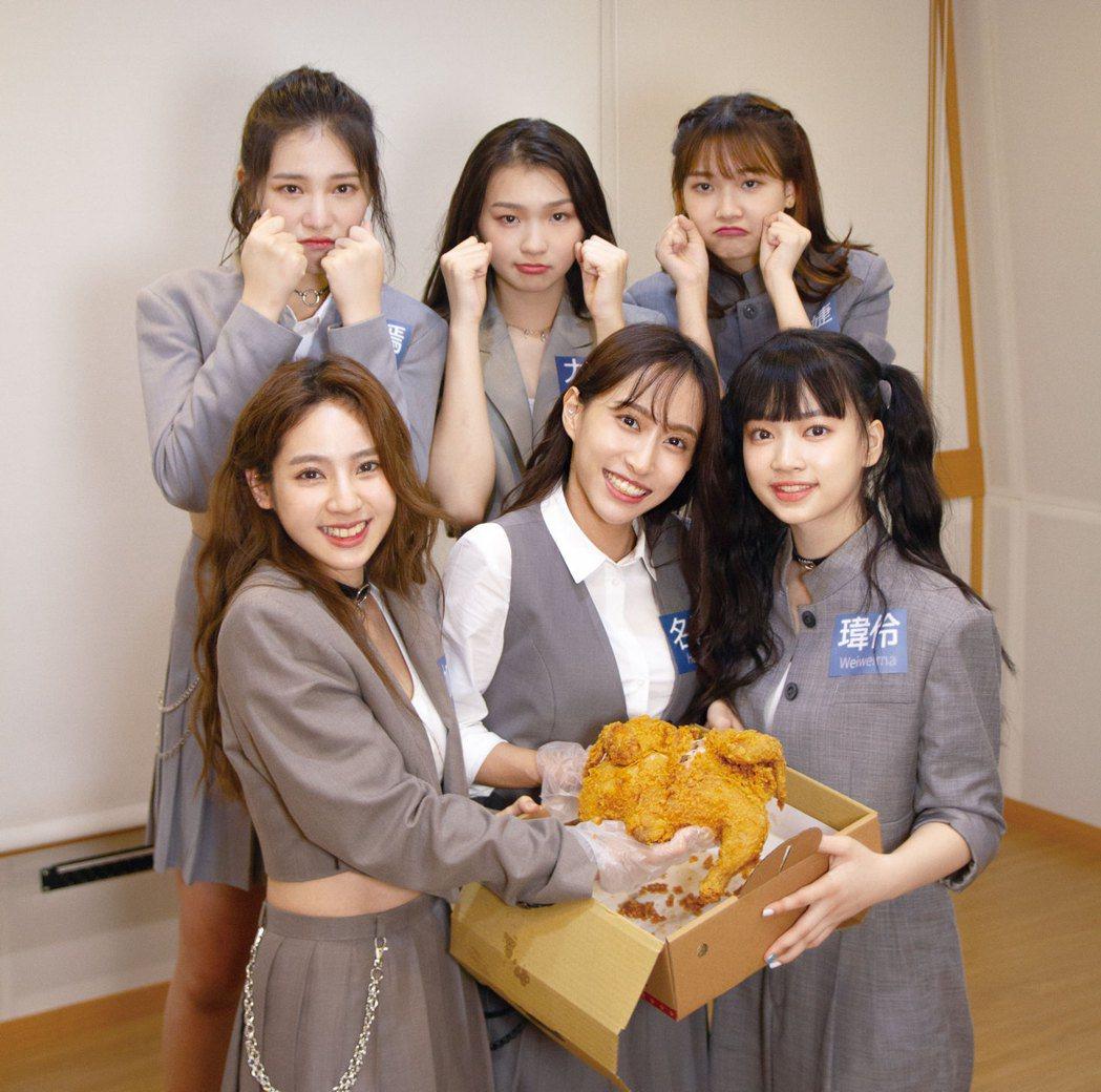 PER6IX團員王加瑄(前排左起)、彭名慧、馬瑋伶運動挑戰成為贏家吃雞,輸的團員...