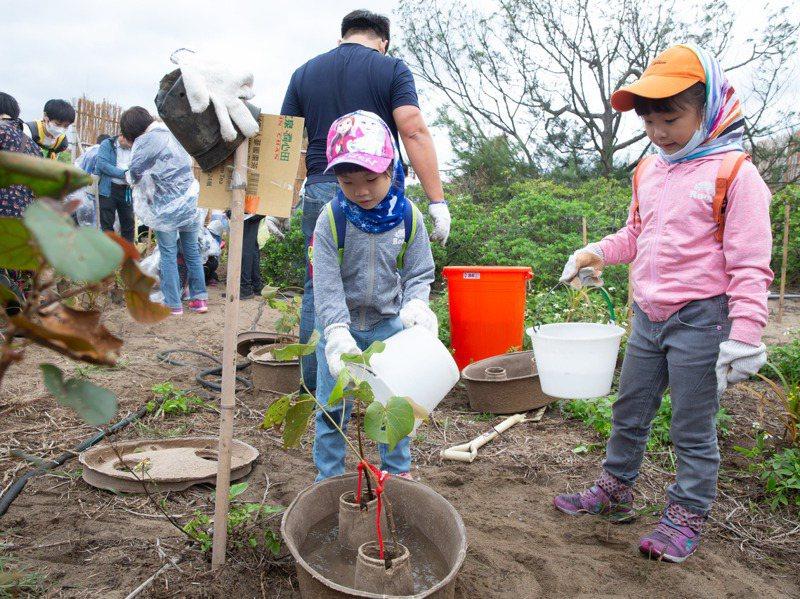 聯合報系願景工程與中國信託合作「為未來種一棵樹」行動,在金山中角灣附近進行植樹造林活動,吸引眾多家長帶著孩童一同參與。記者季相儒/攝影
