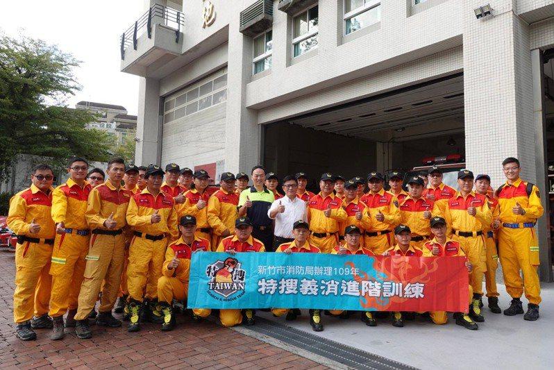 新竹市消防局今天辦理義消特種搜救隊移地山訓計畫,強化搜救能力和團隊默契。圖/新竹市義消總隊提供