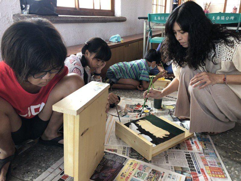 小朋友和家長認真為蝙蝠打造愛的小屋,期能挽回蝙蝠數量,保育生態友善環境。圖/黃金蝙蝠館提供