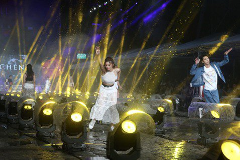 2020台北時裝周壓軸時尚大秀,晚間冒雨在市府廣場舉行,包括徐若瑄、林依晨、瘦子、楊謹華、鳳小岳等出席台北時裝週壓軸時尚大秀,眾星雲集。模特兒在雨中仍展現專業身段走台步。