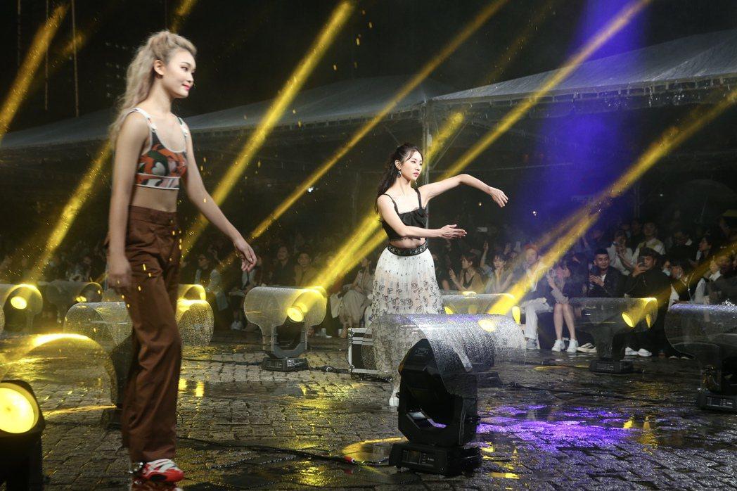2020台北時裝周壓軸時尚大秀,晚間冒雨在市府廣場舉行,模特兒在雨中仍展現專業身...
