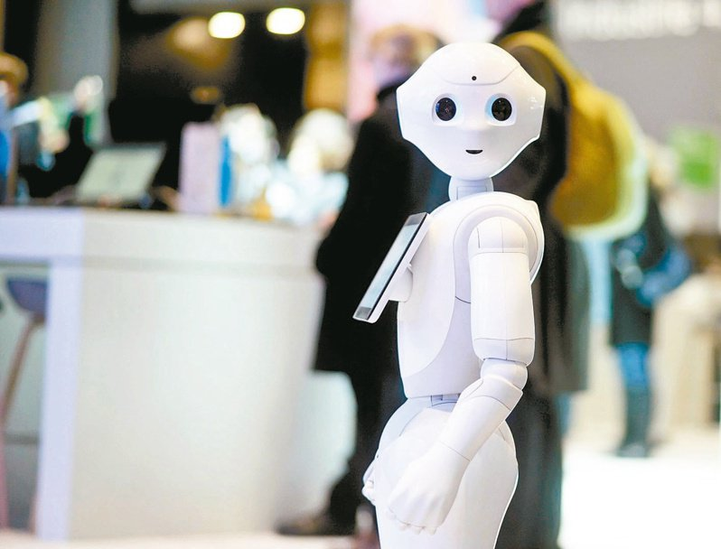 鴻海開發的Pepper機器人應用擴至零售、醫療、金融等領域。(本報系資料庫)