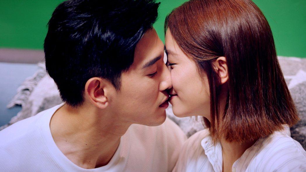 張立昂(左)在「浪漫輸給你」中,奪去宋芸樺的各種吻 。圖/三立提供