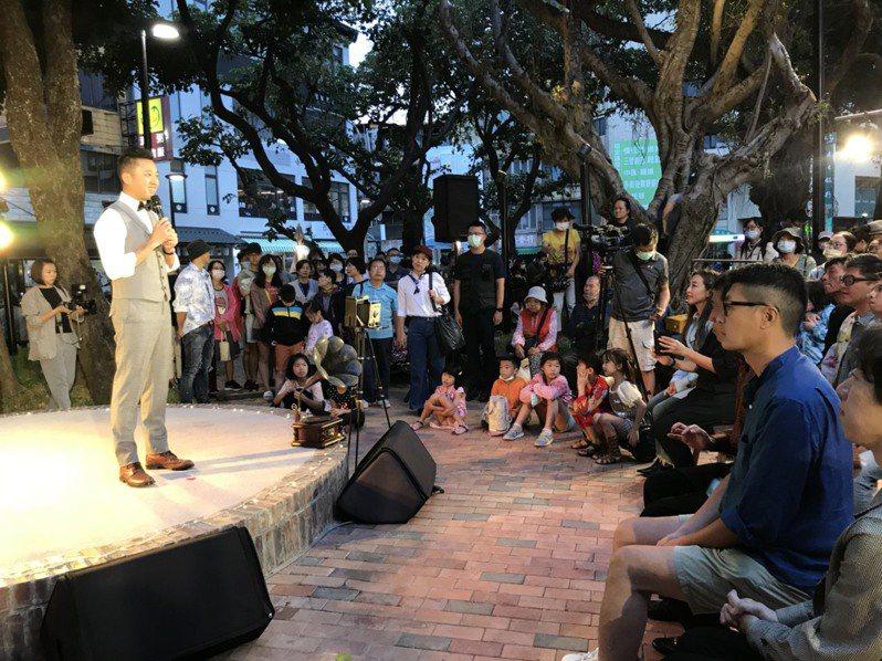 新竹市建國公園改造完工,昨天啟用,市府舉辦懷舊復古趴,市長林智堅(左)與居民重溫建國公園的生活回憶。圖/新竹市政府提供
