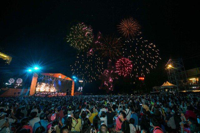 「2020台灣大哥大日月潭花火音樂會」有精采的歌曲演出,並施放絢爛的煙火。圖/台灣大哥大提供