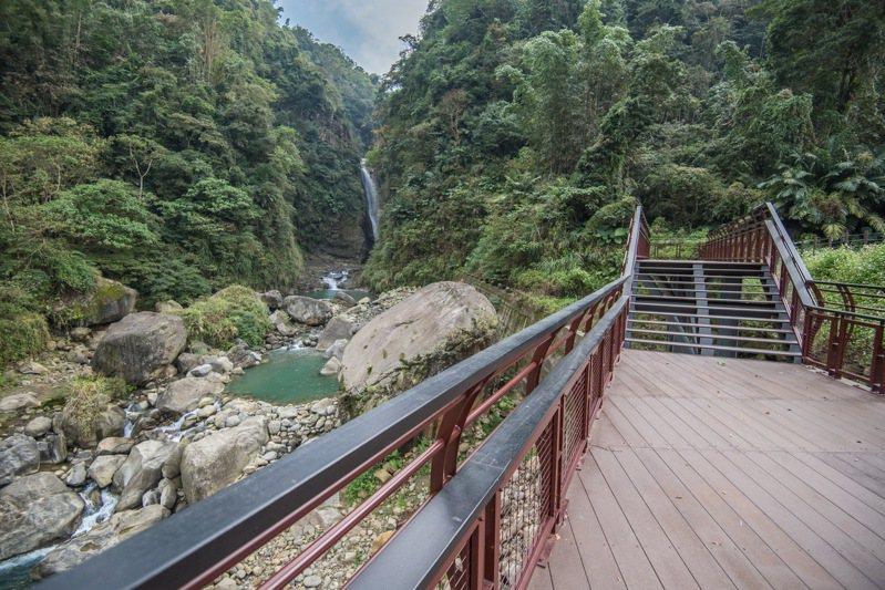南投竹山瑞龍瀑布園區設置觀景平台,讓遊客就近感受竹山第一瀑的壯觀。圖/南投縣政府提供