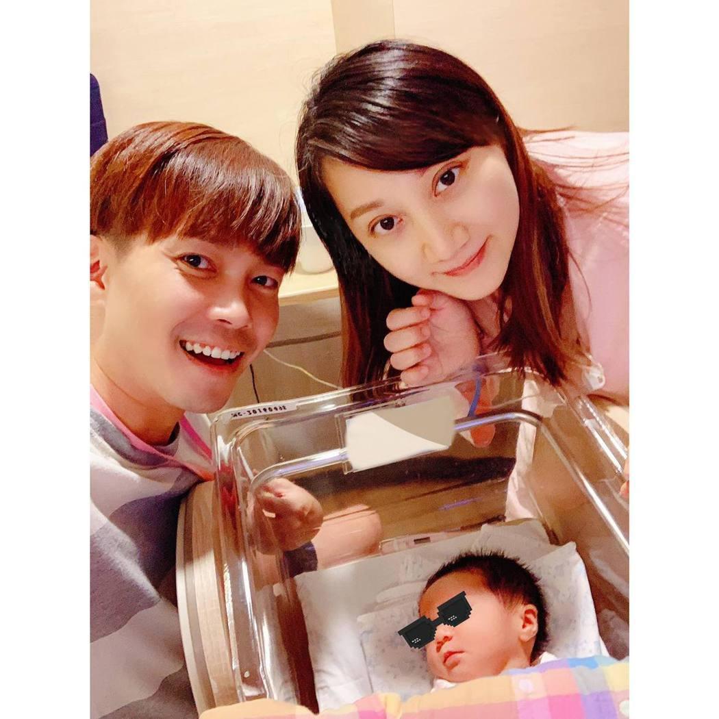 許仁杰和老婆開心迎接寶貝兒子Domi。圖/摘自臉書
