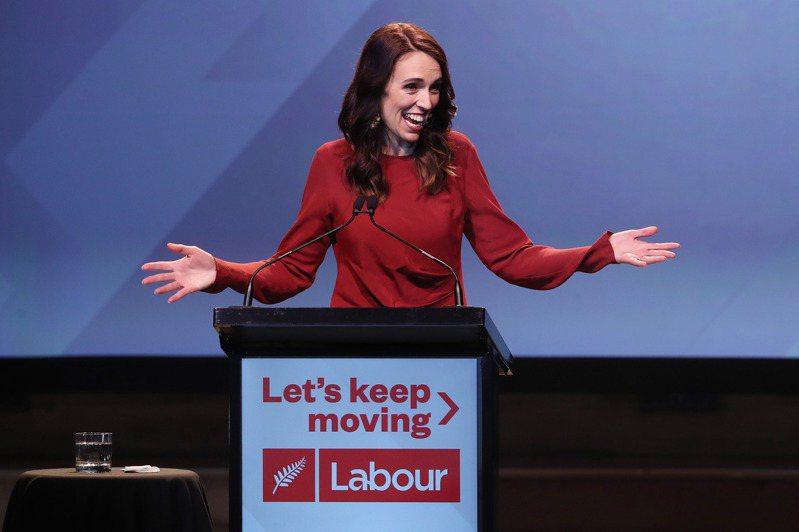 新冠大考 選民給高分 紐西蘭總理阿爾登率領工黨在國會大選贏得過半席位,笑得燦爛。(法新社)
