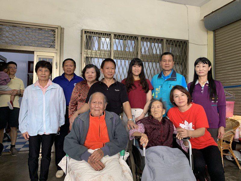 湖口鄉和興村陳家四代同堂,老父親陳雙泉(前左)102歲,母親陳楊緞妹(前右2)也已98歲。2人結褵80多年,感情依然很好。 記者巫鴻瑋/攝影