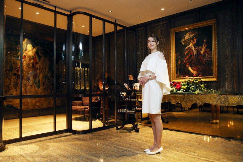 君品酒店與米其林一星餐廳Ca'Vittoria合作,打造只有32個座位的新餐廳「雅意 Artbrosia」。圖為領檯Karolina。記者邱德祥/攝影
